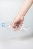Plast- vridningflaska i hand arkivfoto