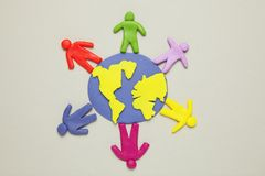 Plastelin figurki ludzie r??ne rasy s? na planety ziemi R??norodno?? interakcje, komunikacja i globalizacja, obrazy stock