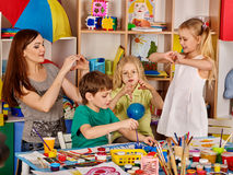 Plastellina som modellerar lera i barngrupp Läraren undervisar i skola Royaltyfria Bilder
