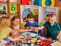 Plastellina som modellerar lera i barngrupp Läraren undervisar i skola Royaltyfria Foton