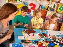 Plastellina som modellerar lera i barngrupp Läraren undervisar i skola Royaltyfri Foto