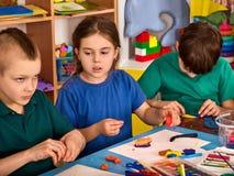 Plastellina som modellerar lera i barngrupp Läraren undervisar i skola Royaltyfri Fotografi