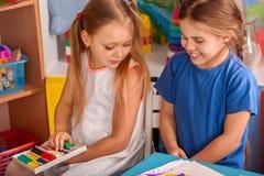 Plastellina som modellerar lera i barngrupp Läraren undervisar i skola Arkivbilder