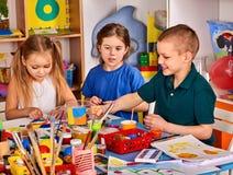 Plastellina som modellerar lera i barngrupp Läraren undervisar i skola Royaltyfri Bild