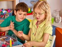 Plastellina som modellerar lera i barngrupp i skola Royaltyfri Bild