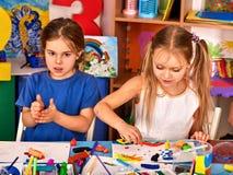 Plastellina som modellerar lera i barngrupp i skola Royaltyfria Bilder
