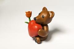 Plastellinabjörn med blomman och åtta Arkivbilder