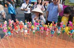 Plastellinaleksaker på pinnar, gatahandel i Vietnam Arkivbilder