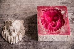 Free Plaster Workshop. Separates The Silicone Mold From The Plaster Sculpture Of The Lion`s Head. Stock Photography - 139893842