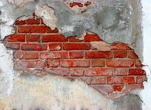 Plasterd rode bakstenen muur en grunge textuur abstract gat als achtergrond op gebarsten pleisterbeton Retro kader voor ontwerp Stock Foto's