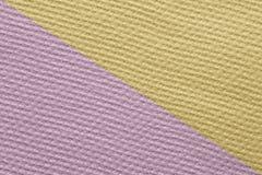 Plastered a donné une consistance rugueuse avec le petit mur de places peint diagonalement Photo libre de droits