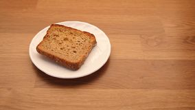 Plasterek żyto chleb na półkowym kuchennym stole zbiory