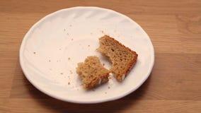 Plasterek żyto kruszki na półkowym kuchennym stole i chleb zbiory wideo