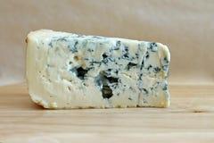 Plasterek błękitny ser na drewnianym tle Fotografia Royalty Free