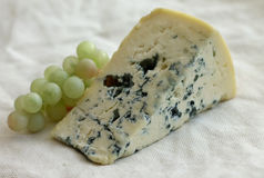 Plasterek błękitny ser z winogronami Fotografia Royalty Free