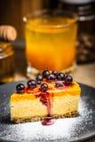 Plasterek cheesecake z jagodami na b??kitnym talerzu Cukrowy ?nieg sproszkowany cukier zdjęcia royalty free