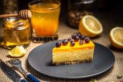 Plasterek cheesecake z jagodami na zmroku talerzu fotografia royalty free