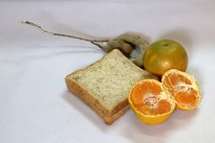 Plasterek chleb z i tamarynda odizolowywająca na białym tle pomarańcze i obraną pomarańcze obrazy royalty free