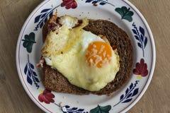 Plasterek chleb z piec jajkami z baleronem i kraciastym serem Zdjęcia Stock