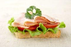 Plasterek chleb z sałatą, zimni cięcia na bieliźnianym tablecloth Obraz Stock