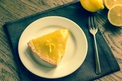 Plasterek cytryny tarta na talerzu zdjęcie royalty free