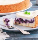 Plasterek czarnej jagody cheesecake z mennicą na rozwidleniu Na talerzu Zmrok - błękitny drewniany tło Zakończenie zdjęcie stock