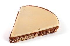 Plasterek czarny chleb z sezamowymi ziarnami z serem odizolowywającym na białym tle Zdjęcie Stock