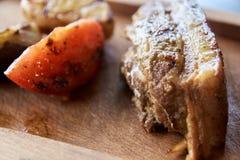 Plasterek czerwieni pomidor pieczone mięso brązowy linii abstrakcyjne tła zdjęcie Zdjęcie Stock