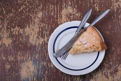 Plasterek domowej roboty jabłczany kulebiak na talerzu Fotografia Royalty Free