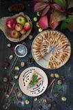 Plasterek domowej roboty jabłczany kulebiak z świeżymi jabłkami Obrazy Royalty Free