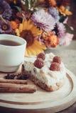 Plasterek domowej roboty kulebiak i kawa Zdjęcia Royalty Free