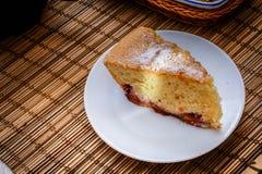 Plasterek gąbka tort na round białych talerzach obrazy stock