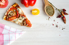 Plasterek gorąca mięsna włoska pizza Zdjęcia Royalty Free
