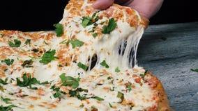Plasterek gorąca pepperoni pizza, wielki serowy lunch lub gość restauracji z serem, Rama Wyśmienicie smakowity fasta food włoch zdjęcie stock