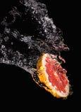 Plasterek grapefruit i woda Zdjęcie Stock
