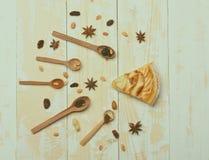 Plasterek jabłczany kulebiak na rocznika drewnianym tle Obraz Stock
