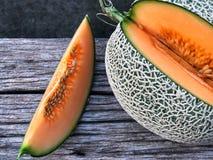 Plasterek Japoński melon, Świeży Japoński melon na drewnianym stole zdjęcia royalty free