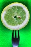 Plasterek kłujący na rozwidleniu na zielonym tle cytryna obrazy stock