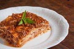 Plasterek lasagna na drewnianym stole Fotografia Stock