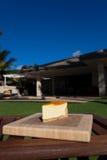 Plasterek lilikoi cheesecake na pięknym Hawajskim dniu Zdjęcia Royalty Free