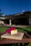 Plasterek lilikoi cheesecake na pięknym Hawajskim dniu Obrazy Stock