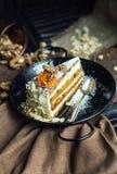 Plasterek marchwiany tort z kremowym serem i orzechami włoskimi Restauraci lub kawiarni atmosfera Rocznik zdjęcia stock