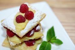 Plasterek mille-feuille tort z malinkami, tło z kopii przestrzenią Fotografia Stock