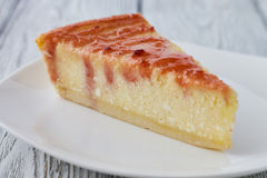 Plasterek Nowy Jork cheesecake na białym talerzu Obrazy Stock