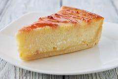 Plasterek Nowy Jork cheesecake na białym talerzu Zdjęcie Stock