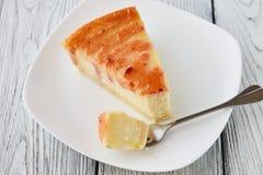 Plasterek Nowy Jork cheesecake na białym talerzu Fotografia Stock
