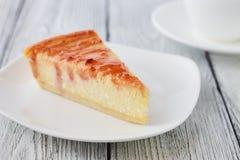 Plasterek Nowy Jork cheesecake na białym talerzu Obraz Stock