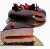 Plasterek płatowatego mousse czekoladowy tort z błyszczącym lustrzanym glazerunkiem i jagodami obraz royalty free