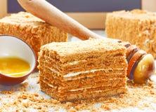 Plasterek płatowaty miodowy tort obrazy stock