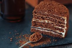Plasterek płatowaty miodowy tort na czerń łupku desce Odgórny widok dwa kawałki Selekcyjna ostrość zdjęcia royalty free